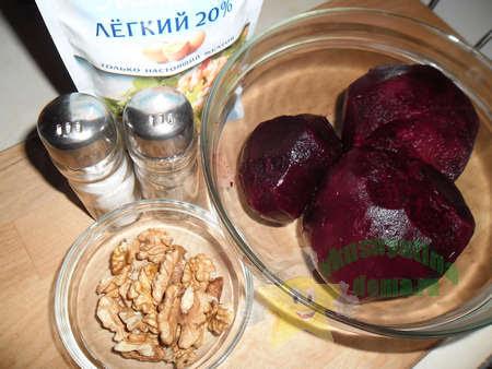 Ингредиенты для салата из свеклы с грецкими орехами и чесноком