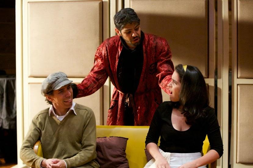 Alejandro von Buren  (bajo) interpreta a Uberto, un viejo solterón enfermo e impaciente con su criada Serpina y con Vespone, un criado mudo interpretado por Héctor Castro