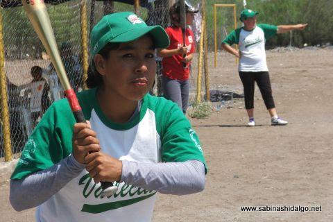 Virginia Domínguez de Pioneras de Vallecillo en el softbol femenil del Club Sertoma.