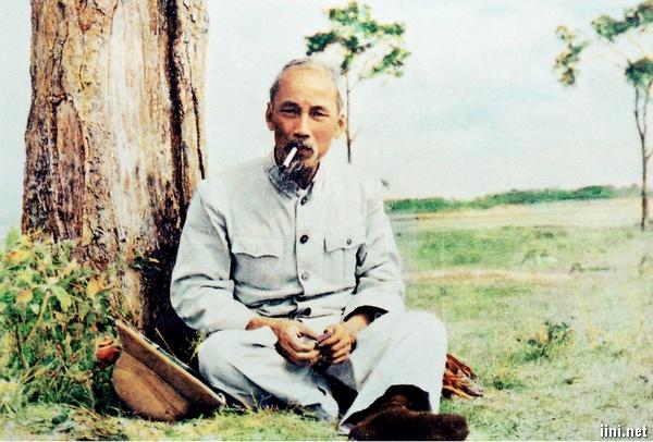 Ảnh bác Hồ kính yêu đang ngồi hút thuốc lá