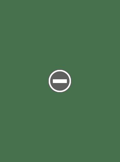 wierni w cerkwii, ozdobne świece paschalne, światło