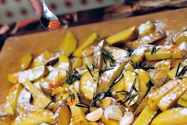 Razvan Anton cartofi la cuptor sare faina rozmarin ardei iute fulgi
