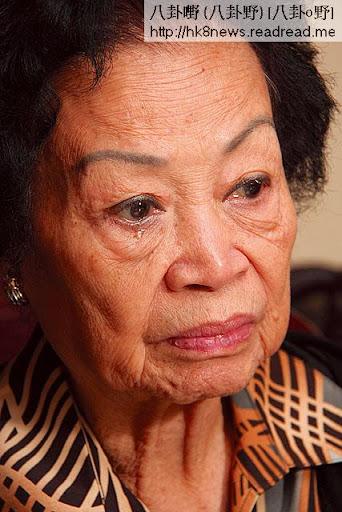 八十三歲的甘老太,說到在醫院見兒子最後一面時,忍不住灑淚。(嚴寶權攝)