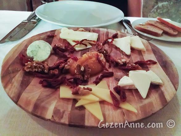 Kapadokya'da Uçhisar'daki Seki Restoran'da yöresel peynir tabağı