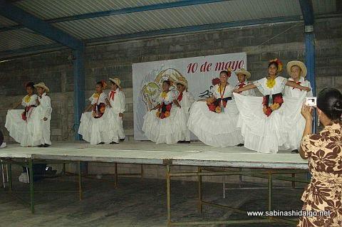 Bailable en el festejo del Día de las Madres en la Hacienda Larraldeña