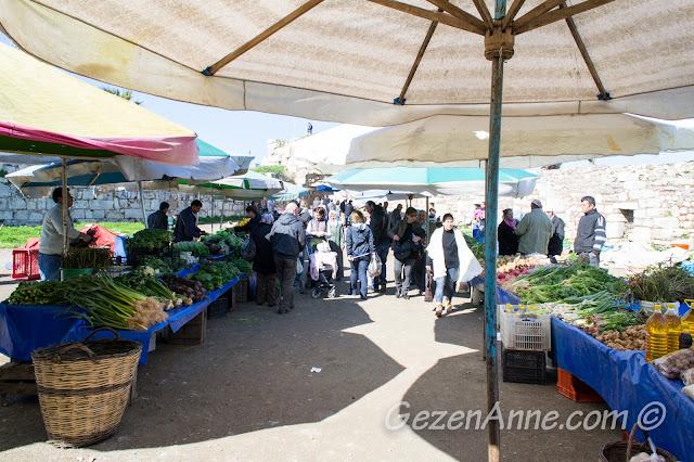 Sığacık pazarındaki tezgahlar, Seferihisar İzmir