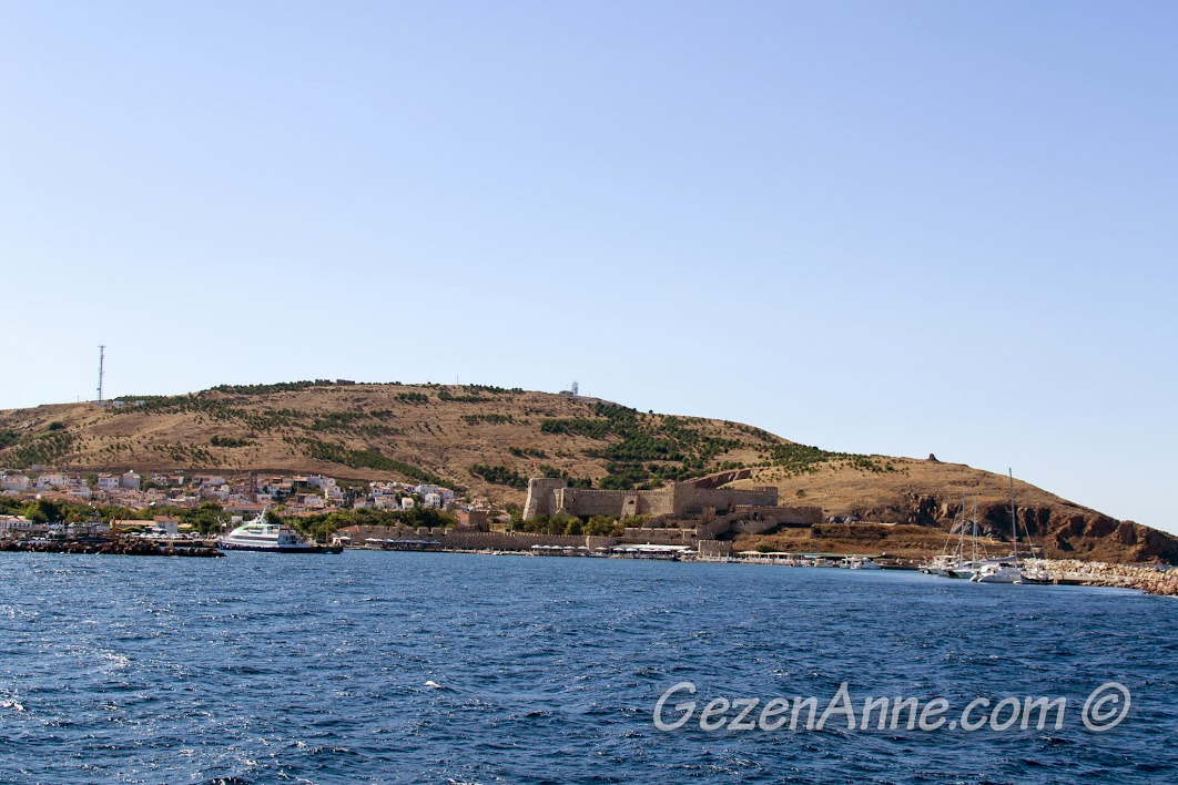 Geyikli-Bozcaada feribotu Bozcaada'ya varmadan az önce