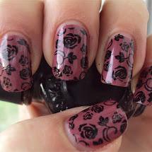 Unhas com esmalte rosa e carimbo konad de rosas pretas