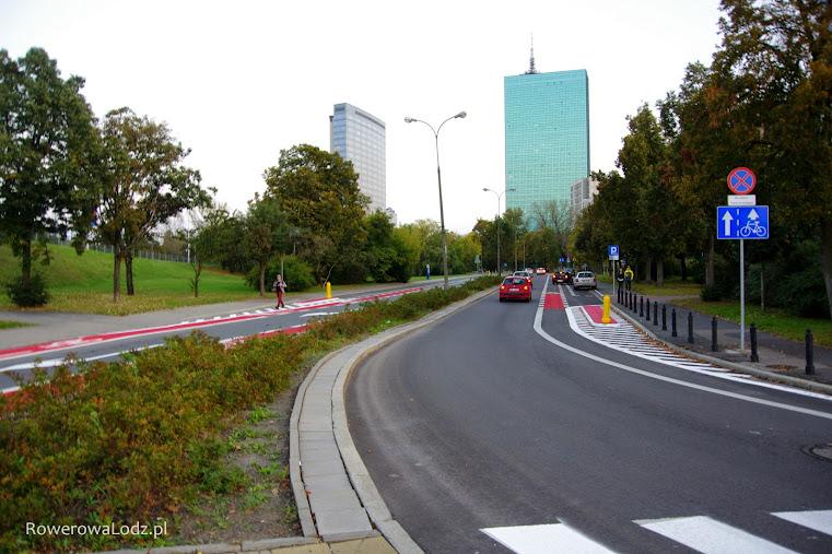 Na obu jezdniach wyznaczono pasy ruchu dla rowerów i miejsca parkingowe dla aut.