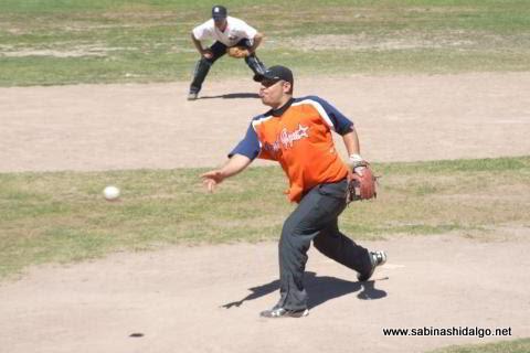 Sergio Solís de Pica Piedras en el softbol dominical