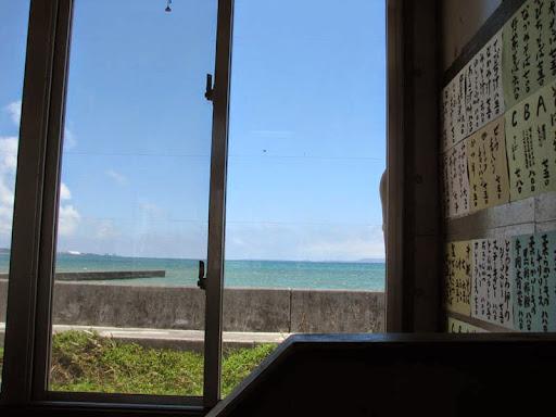 和泉食堂・窓の向こうは海