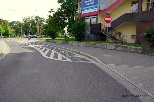 Ulica jednokierunkowa, ale za wyjątkiem rowerów, dla których jest kontrapas.
