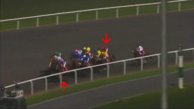 スタートから約1分30秒後。3コーナー中間地点。トランセンドが先頭、そのすぐ外にヴィクトワールピサ、その外、長い白斑の目立つ馬がケープブランコ(4着)です。