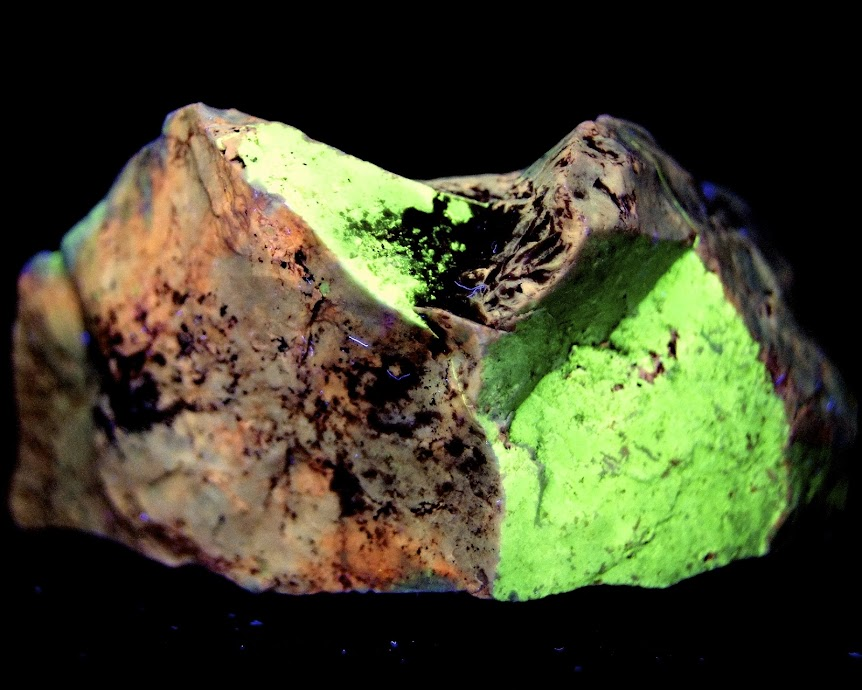 Colección de Minerales Fluorescentes - Página 3 O%25CC%2581palo%252C+Cerro+Almovar%252C+Vallecas%252C+Madrid.+uv+oc