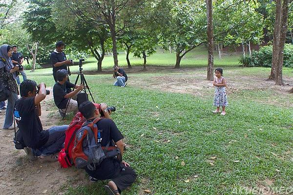 anak peserta menjadi model terjun untuk pengunaan pencahayaan