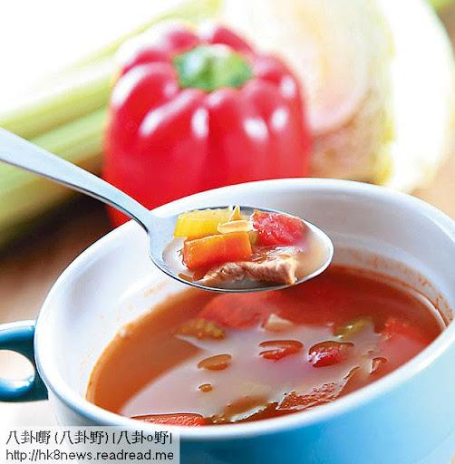 午餐 <br><br>醋汁沙律,可配以三文魚/火腿/魚,以及一定要有一碗蔬菜湯。