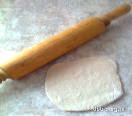 Соленое тсето раскатать толщиной 1 см.