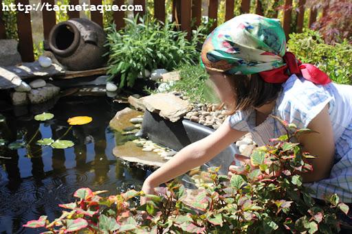 Paola en el estanque del jardín de mis cuñados en Santiago de Compostela