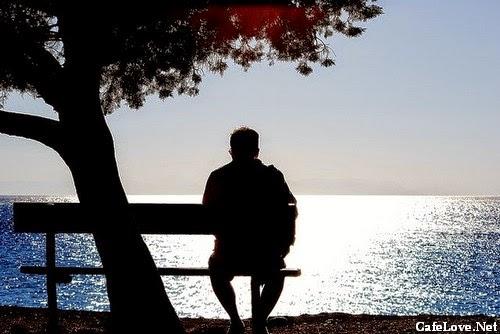 Ảnh người đàn ông buồn nhìn về mặt hồ nước