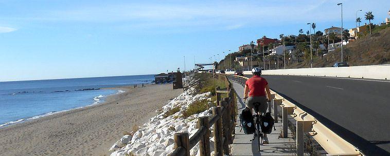 Radeln hinter der Leitplanke zwischen Fuengirola und Marbella