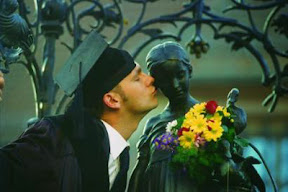 Student kissing the Gänseliesel