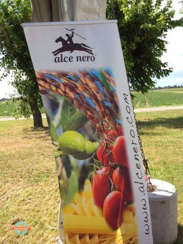 evento alce nero #contadinovero #pomodoroverissimo e il gazspacho difragole e pomodori con nuvole di maionese vegetale, erbe e fiori dellochef simone salvini