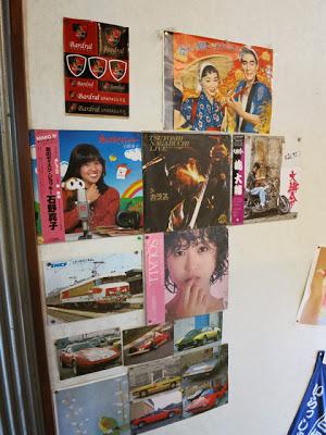 昔懐かしいレコードジャケット。石野真子、長渕剛が並んで飾れとる。。