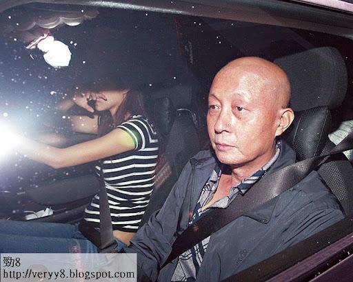 化療至脫髮 <br><br>愛父心切的熊黛林,為了方便照顧病重的父親,去年由南京接他來港,並親自駕車送他入養和醫院。當時熊父接受化療後已脫髮。