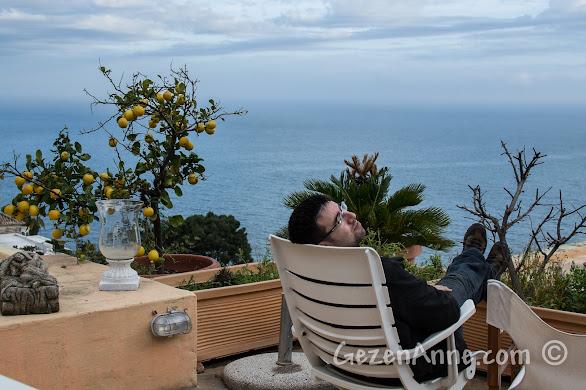 Positano'da, otelin terasında deniz manzarası eşliğinde dinlenirken