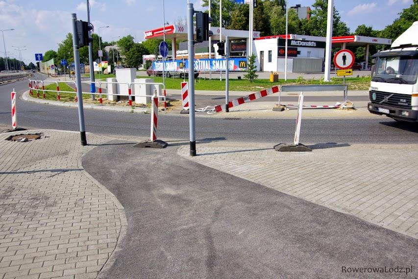 Tam gdzie droga dla rowerów powinna być najszersza: przy przejazdach i sygnalizatorach - tak projektant dodał jeszcze słupki w skrajni. Żeby nie było za łatwo się wyminać
