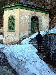 Dani delante de una de las fuentes del Balneario