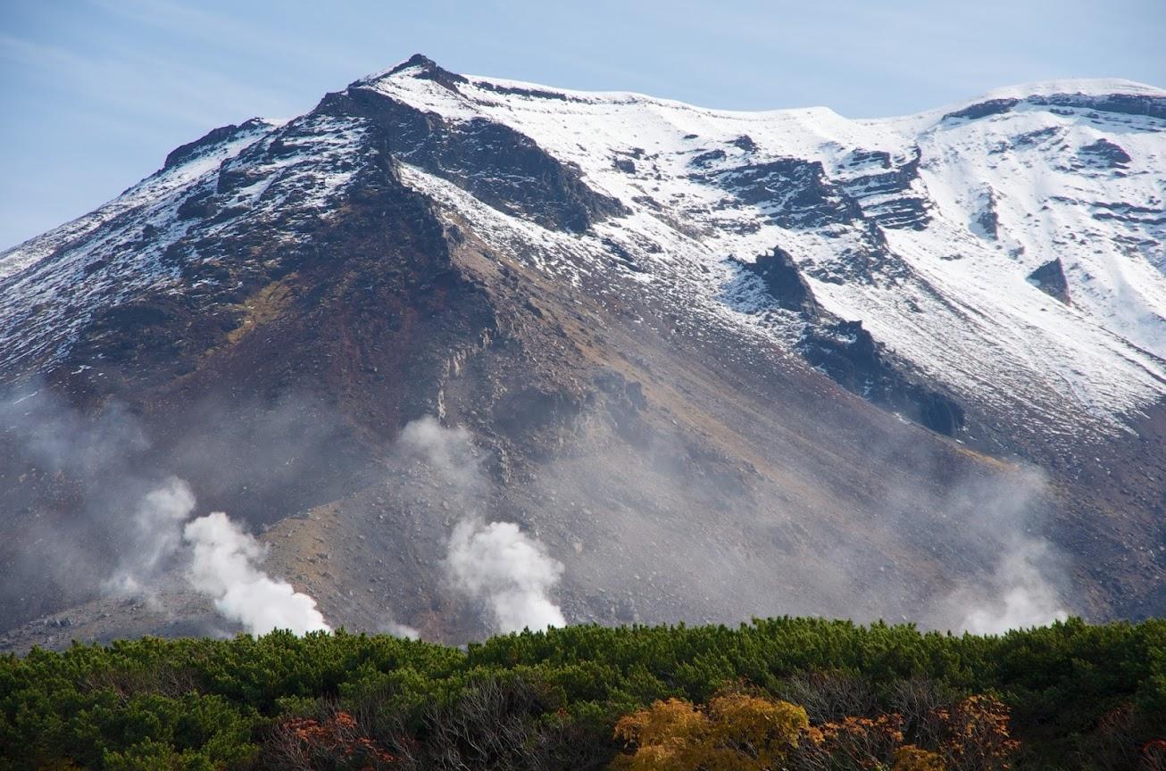 旭岳から上がる湯けむり