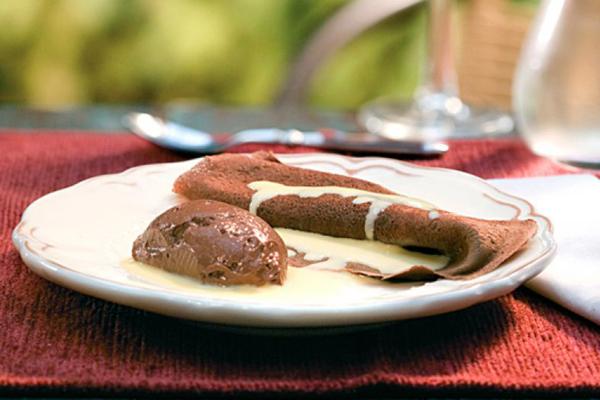 Panqueca de Chocolate com Musse e Creme