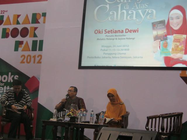 Launching Buku Cahaya diatas Cahaya bersama Oki Setiana Dewi dan Aditya Gumay