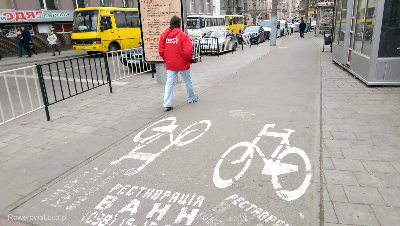 Przebieg niektórych dróg dla rowerów jest kosztem chodników. Przyzwyczajenia do malowania reklam jednak pozostały
