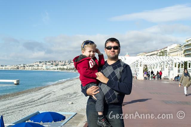 Nice'de Promenade des Anglais'de yürürken