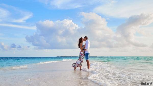 ảnh hôn nhau trước biển lãng mạn
