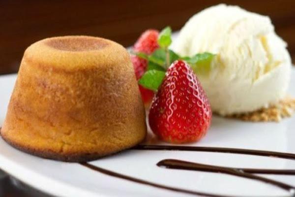 Petit Gâteau de Doce de Leite com Sorvete de Tapioca