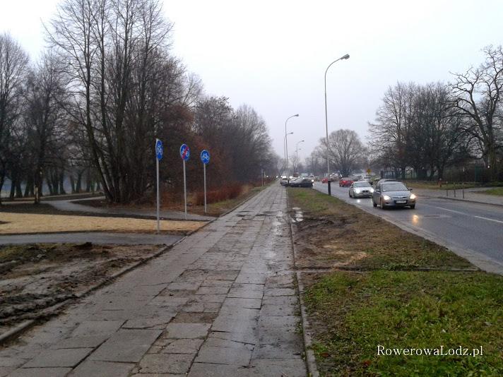 Podczas budowy alejek i rowerówek tylko jeszcze bardziej zniszczono pobliski chodnik...