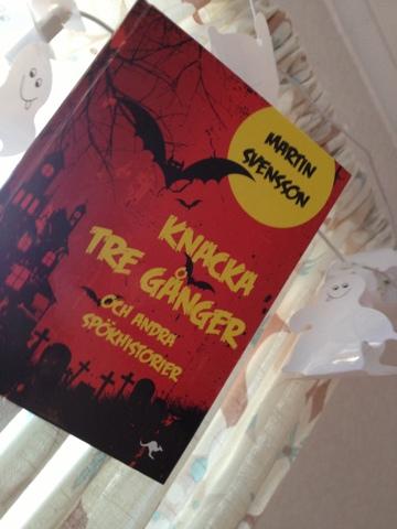 Martin Svenssons bok Knacka tre gånger och andra spökhistorier passar för  barn från ca 6 - 9 år. Boken innehåller sju korta spökhistorier e963077be35c5