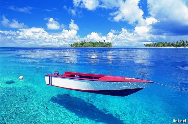 ảnh con thuyền trên bờ biển nước trong xanh