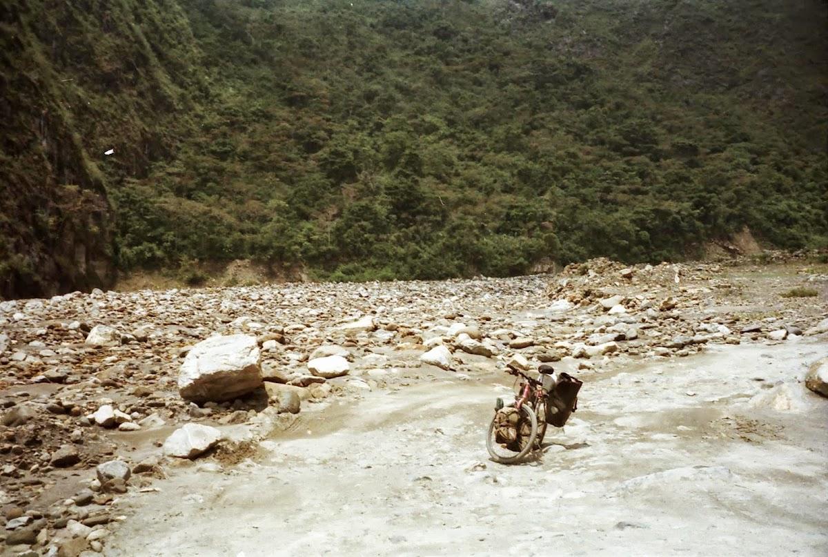 Teilweise wurde die Straße einfach in das Schotterbett des Flusses verlegt. Mehr als 40 Tageskilometer sind bei diesen Straßenverhältnissen nicht drin, obwohl es immer noch ordentlich bergab geht.