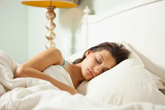 Nằm nghiêng bên phải, tay phải nắm tai phải để chìm vào giấc ngủ nhanh