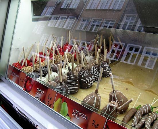 owoce zatapiane w mlecznej czekoladzie - podniebna rozkosz