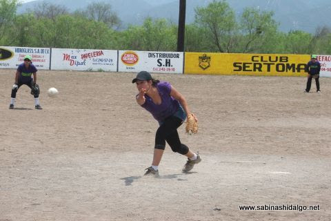 Rosalva Pérez de Rebeldes en el softbol femenil del Club Sertoma