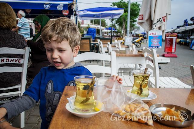 Cunda sahildeki Taş Kahve'de adaçayı içerken