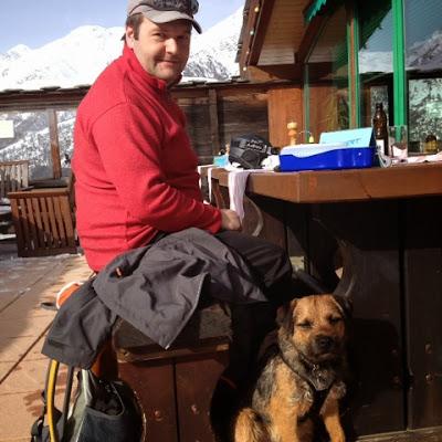 Border Terrier Charly sonnt sich nach der Winterwanderung.