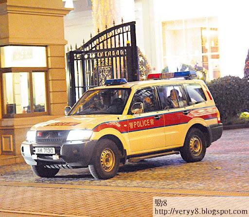 本週一(十七日)晚上,有軍裝警員及警車去到黃浩寓所,逗留了大約半小時。