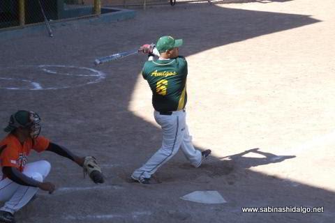 Rafael Jasso bateando por Amigos en el softbol dominical
