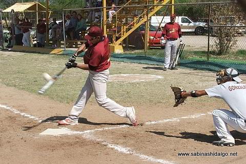 Iván Buentello bateando por Cárdenas Trucking en el softbol sabatino